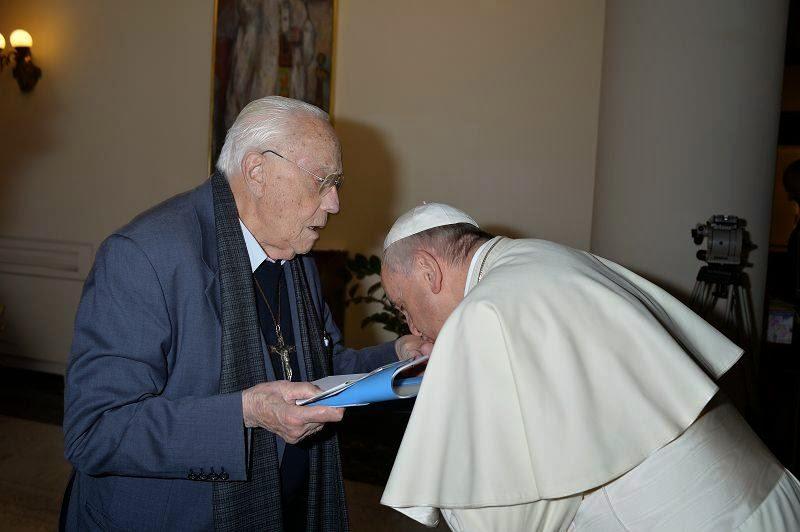 Papież całuje w dłoń promotora homoseksualizmu i heretyka ks. Michele de Paolis